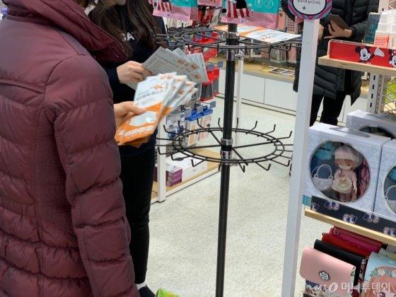 21일 오전 11시 30분 대구 수성구에 위치한 이마트 만촌점에서 마스크를 구매하고 있는 한 고객의 모습/사진=이강준 기자