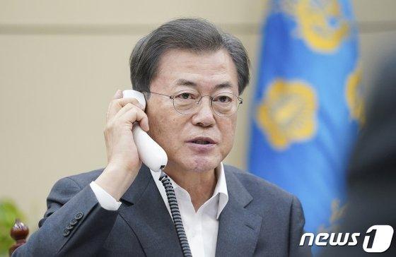 (서울=뉴스1) = 문재인 대통령이 20일 오후 청와대에서 시진핑 중국 국가주석과 전화통화를 하고 있다.(청와대 제공)2020.2.20/뉴스1
