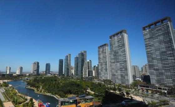 인천 송도 센트럴파크와 빌딩숲 위로 청명한 파란하늘이 펼쳐져 있다. /사진=뉴스1