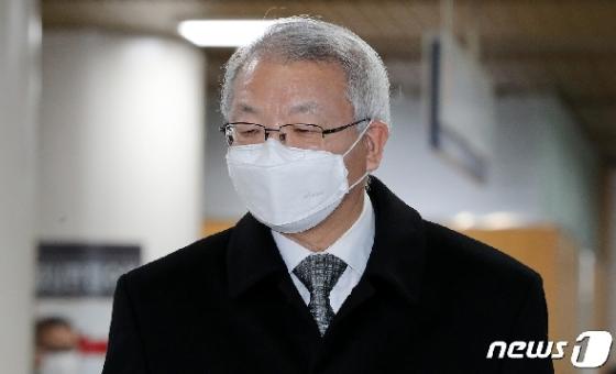 [사진] 마스크 쓰고 공판 출석하는 양승태 전 대법원장
