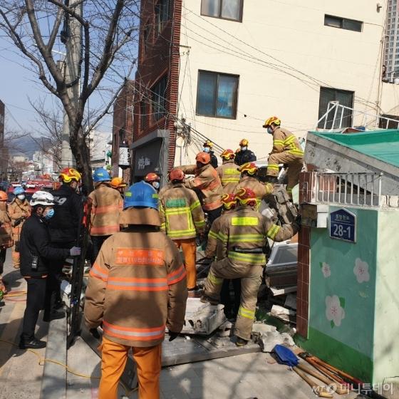 부산 단독주택 붕괴 5명 매몰…3명 구조