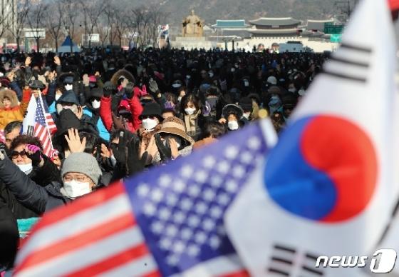 서울시 '광장집회 금지'에도 못막는 경찰