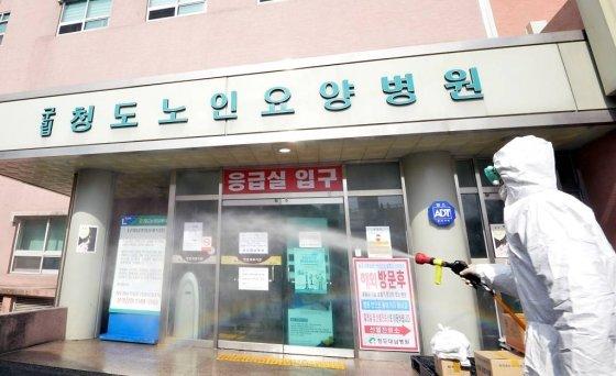 코로나19로 국내 첫 사망자가 발생한 경북 청도군 대남병원을  21일 오후 질병관리본부 관계자들이 방역작업을 하고 있다. / 사진=뉴시스