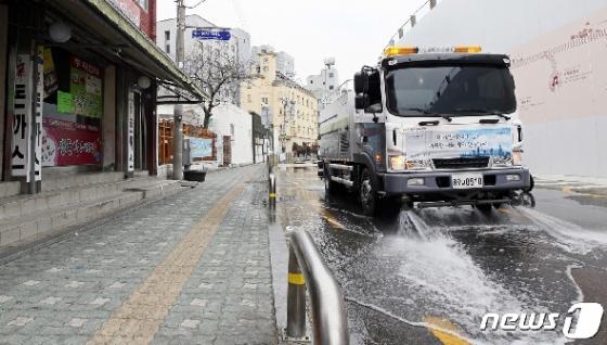 [사진] 코로나19 확산을 막기 위한 도로 물청소