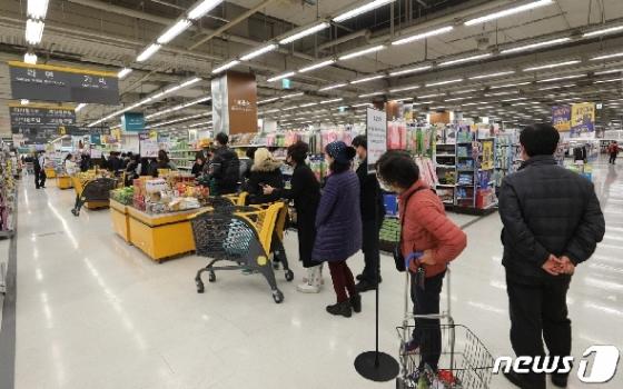 [사진] '코로나19 포비아' 마스크 사기 위해 줄선 대구시민들