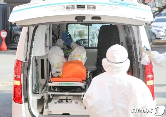 [사진] 자신의 손 만져보는 청도대남병원 환자
