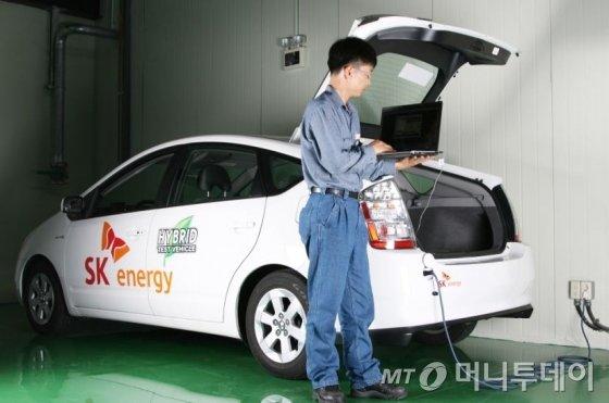 SK이노베이션 연구원이 차량용 2차전지 성능을 테스트하고 있다. / 사진제공=SK이노베이션