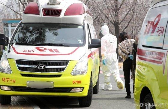 '코로나19' 확진자가 전일(오전 9시 기준) 대비 50명이 증가한 21일 오후 대구의료원에 구급차를 타고 온 의심 환자가 선별진료소로 이동하고 있다. / 사진=김휘선 기자 hwijpg@