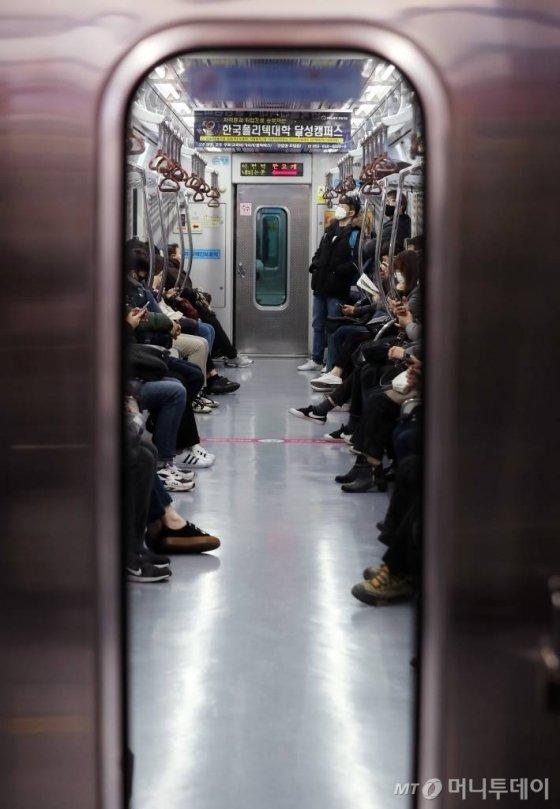 '코로나 19' 확진자가 전날 기준 총 104명, 대구·경북 지역 70명으로 늘어난 21일 오전 대구 중구 문양 방면 지하철 내부가 한산한 모습을 보이고 있다. / 사진=김휘선 기자 hwijpg@