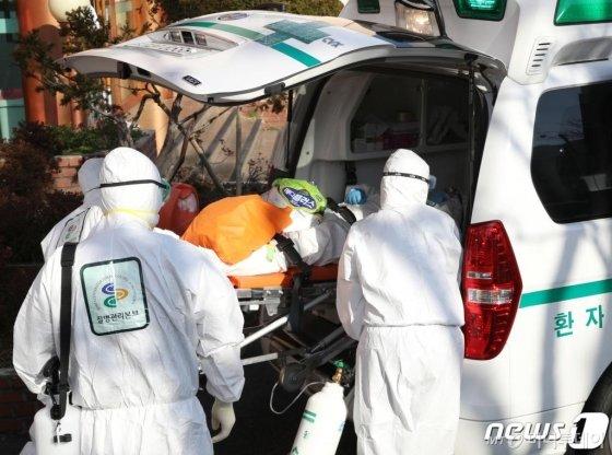 지난 21일 오후 국내 첫 신종 코로나바이러스 감염증(코로나19) 두 번째 사망자가 발생한 경북 청도군 청도대남병원에서 입원 중인 환자가 다른 병원으로 이송되고 있다. /사진=뉴스1