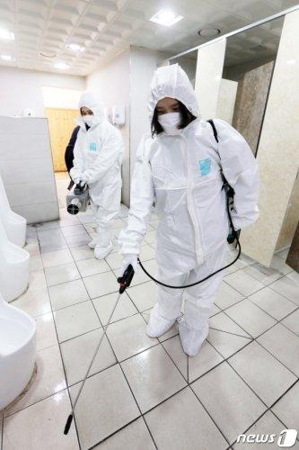 (용인=뉴스1) 조태형 기자 = 30일 오전 경기도 용인 공영버스터미널에서 처인구 보건소 관계자들이 신종 코로나바이러스 확산을 방지하기 위한 소독 작업을 하고 있다. 2020.1.30/뉴스1