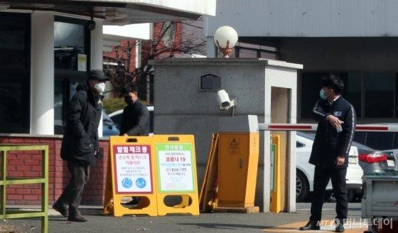 대구지역 코로나19 확진자가 154명으로 증가한 22일 오후 한 자동차 부품공장 정문에 발열체크 안내판이 세워져 있다. /사진=임성균 기자(대구)
