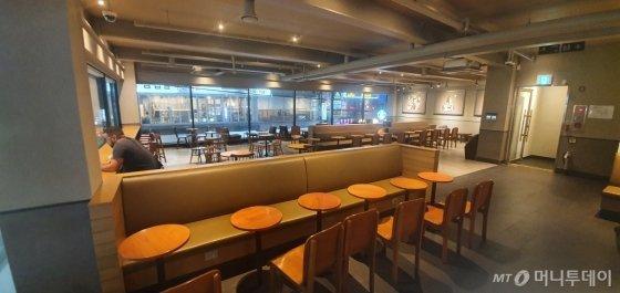 22일 금요일 저녁 대구 동성로의 한 스타벅스. 100석이 넘는 좌석이 있지만 손님은 1명 뿐이다. /사진=임성균 기자(대구)