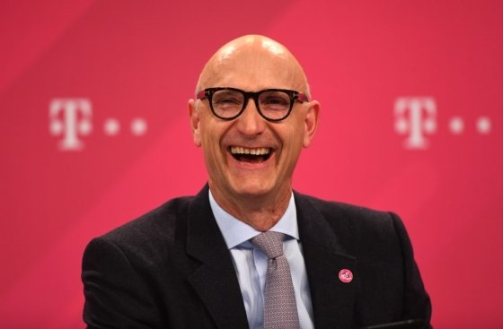 T모바일 모기업인 독일의 도이치텔레콤의 팀 회트게스 최고경영자가 지난 19일 독일 본에서 열린 지난해 실적 설명회에서 웃고 있다. /사진=AFP