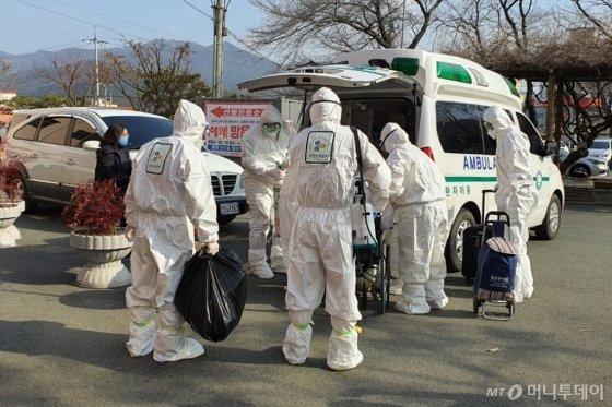 경북 청도 대남병원에서 확진자가 이송되는 모습 /사진=김남이 기자