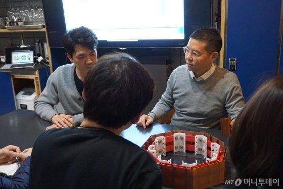이승환 센코어테크 대표(뒷 줄 오른쪽)가 직원들과 회의를 하고 있다. /사진제공=센코어테크