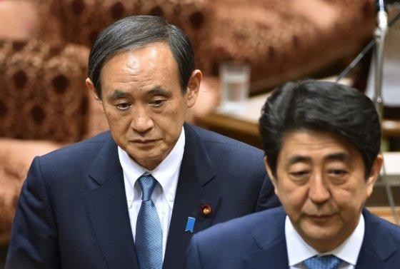 스가 요시히데 관방장관(왼쪽)과 아베 신조 총리(오른쪽). /AFPBBNews=뉴스1