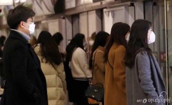 21일 오전 대구 중구 반월당역에서 시민들이 마스크를 쓰고 출근하고 있다./사진=김휘선 기자