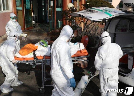 21일 오후 국내 첫 신종 코로나바이러스 감염증(코로나19) 사망자가 발생한 경북 청도군 청도대남병원에서 입원 중인 환자가 다른 병원으로 이송되고 있다. 2020.2.20/사진=뉴스1
