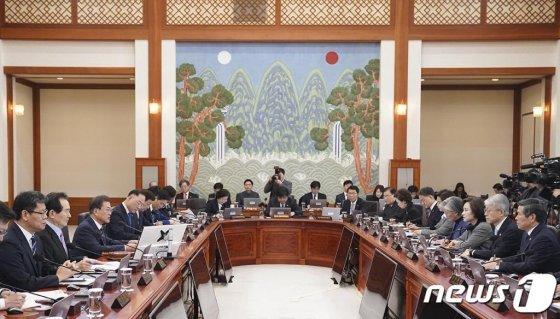 (서울=뉴스1) = 문재인 대통령이 18일 청와대에서 국무회의를 주재하고 있다.  (청와대 제공) 2020.2.18/뉴스1  <저작권자 © 뉴스1코리아, 무단전재 및 재배포 금지>