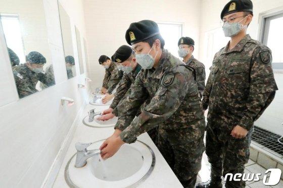 지난달 30일 오후 경기도 화성시 육군 제51보병사단에서 장병들이 신종 코로나바이러스 예방을 위해 식사 전 손을 씻고 있다.  육군은 신종 코로나바이러스 감염증 확산 방지 및 군내 유입 차단을 위한 예방적 조치를 적극 시행하고 있다고 밝혔다. 2020.1.30/사진=뉴스1