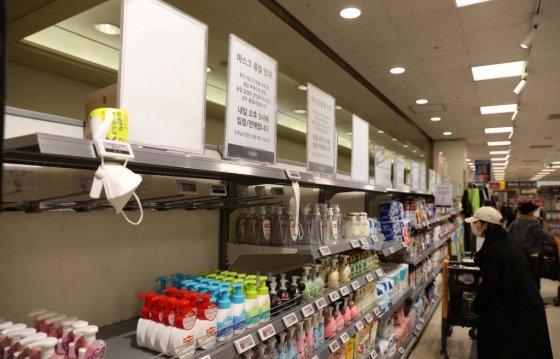 신종 코로나바이러스 감염증이 확산되는 가운데 24일 서울 시내의 한 마트 내 마스크 판매대가 비어있다. 20.02.24. /사진=뉴시스