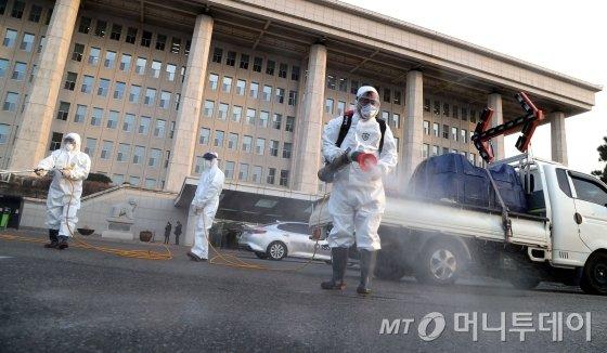 24일 오후 코로나19 사태에 대응하기 위해 국회의사당과 의원회관에 대한 전면 방역을 실시하고 있다. 이들 건물은 이날 오후 6시 방역을 시작하고 이후 24시간 동안 일시 폐쇄된다. / 사진=홍봉진 기자 honggga@
