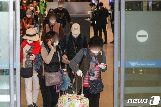 신종 코로나바이러스 감염증(코로나19)의 세계적인 확산으로 이스라엘 정부가 한국인의 입국 금지 조치를 내린 가운데 현지 공항에서 발이 묶였던 국민들이 지난 25일 인천국제공항을 통해 귀국하고 있다. /사진=뉴스1