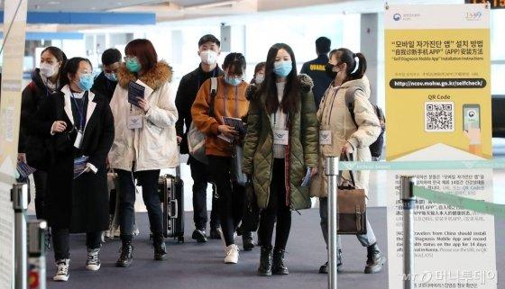 내달 대학 개강에 맞춰 입국한 중국 유학생 신입생들이 24일 인천국제공항 중국 전용 입국장에 들어서고 있다. / 사진=이기범 기자 leekb@