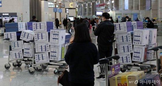 2월 4일 인천국제공항 제1터미널 출국장에서 중국인 관광객이 대량으로 구매한 마스크 박스가 쌓여 있다. /사진=이기범 기자 leekb@