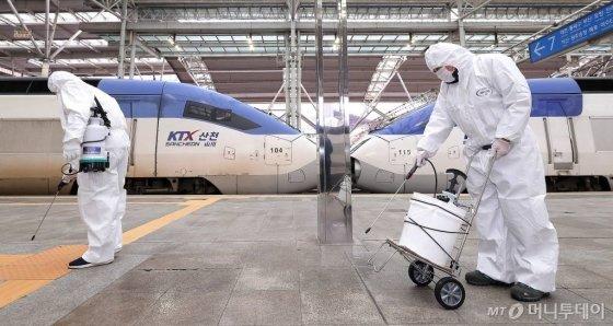 코로나19 확산이 지속되고 있는 25일 오후 서울역 승강장에서 관계자들이 방역을 하고 있다./사진=김창현 기자