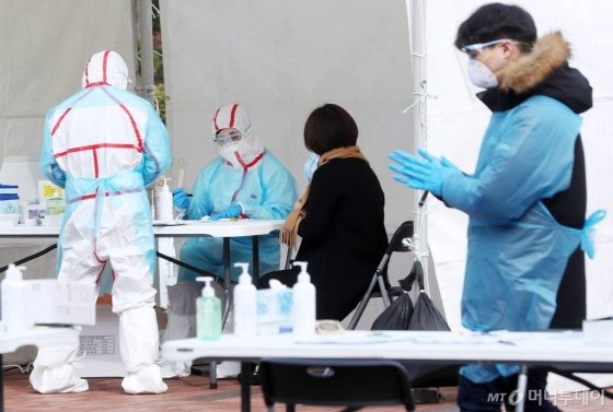 '코로나19' 확진 환자가 169명 추가 발생해 총 1천146명으로 늘어난 26일 오전 서울 강동구 명성교회에 마련된 선별진료소에서 의심환자가 진료를 받고 있다. / 사진=김휘선 기자 hwijpg@