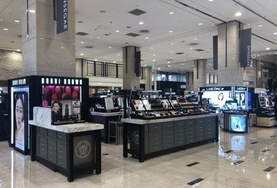 26일 신세계백화점 강남점 1층 화장품 코너. 내점객이 줄어 한산한 모습을 보이고 있다.