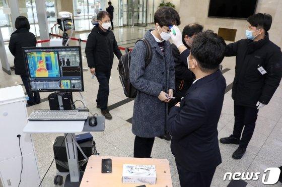 코로나19 확산을 막기 위한 방역 작업 마치고 국회가 다시 개방된 26일 서울 여의도 국회 출입문에서 출입자들이 발열검사를 받고 있다. /사진=뉴스1.