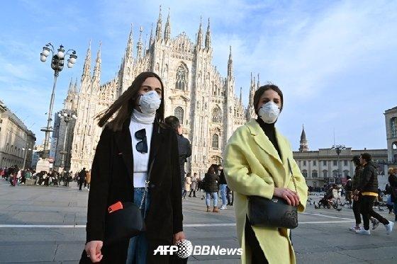 마스크를 쓴 행인들이 이탈리아 밀라노 두오모 광장을 지나가고 있다./AFPBBNews=뉴스1