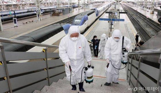 코로나19 확산이 지속되고 있는 25일 오후 서울역 승강장에서 관계자들이 방역을 하고 있다. / 사진=김창현 기자 chmt@