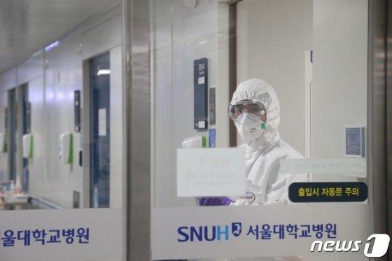 12일 서울대병원 음압병실에서 환자 상태 체크하고 나오는 의료진 모습. /사진=뉴스1(서울대학교병원 제공)