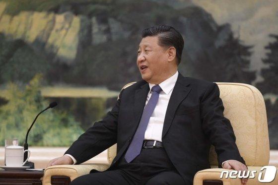 """시진핑 중국 국가주석이 28일 (현지시간) 베이징 인민대회당에서 테드로스 아드하놈 게브레예수스 WHO 사무총장과 회담을 하고 있다. 시진핑 주석은 이날 """"우한 폐렴은 악마다. 내가 직접 지휘해 '우한 폐렴'과의 전쟁에서 반드시 승리하겠다 """"고 말했다./사진=AFP=뉴스1"""