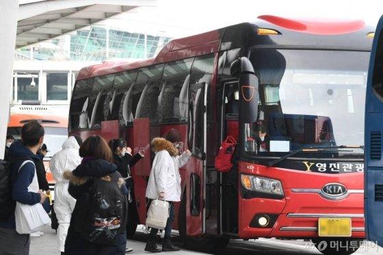 내달 대학 개강에 맞춰 입국한 중국 유학생들이 24일 인천국제공항에서 대학 관계자의 안내를 받아 준비된 버스에 탑승하고 있다. / 사진=이기범 기자 leekb@