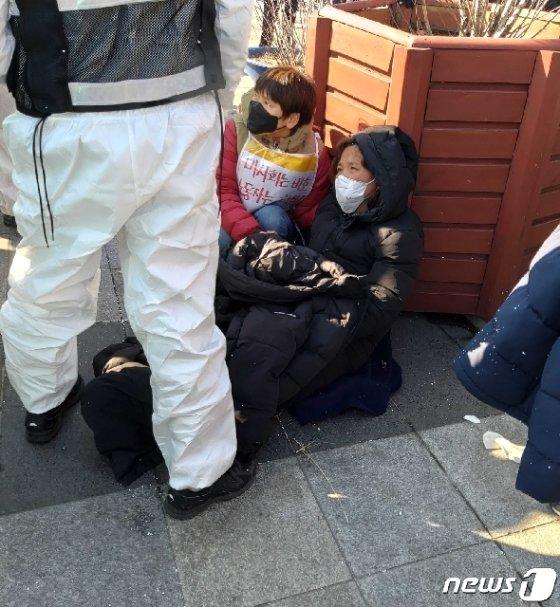 바닥에 주저앉은 고 김용균 어머니 김미숙 김용균재단 이사장 © 뉴스1 정지형 수습기자