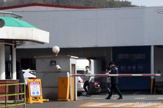 대구지역 코로나19 확진자가 154명으로 증가한 22일 오후 한 자동차 부품공장 정문에 발열체크 안내판이 세워져 있다. / 사진=임성균 기자 tjdrbs23@