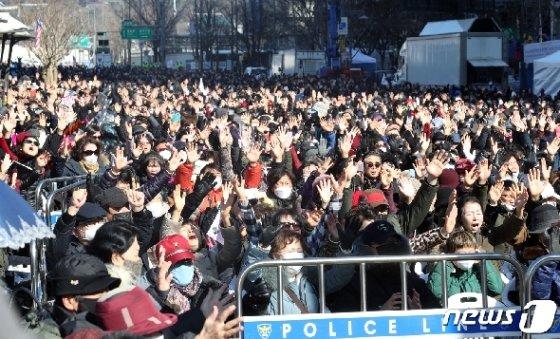 지난 23일 오전 서울 광화문 교보빌딩 앞에서 열린 문재인하야범국민투쟁본부(범투본) 주최 대한민국 바로 세우기 국민대회에서 참석자들이 기도를 하고 있다. /뉴스1 © News1 황기선 기자