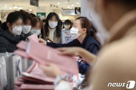 (서울=뉴스1) 성동훈 기자 = 마스크 긴급 노마진 판매 행사에서 시민들이 마스크를 구매하고 있다. 2020.2.27/뉴스1  <저작권자 © 뉴스1코리아, 무단전재 및 재배포 금지>