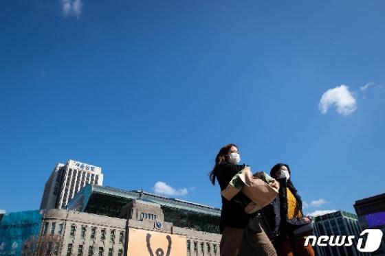 [사진] 푸른 하늘과 마스크