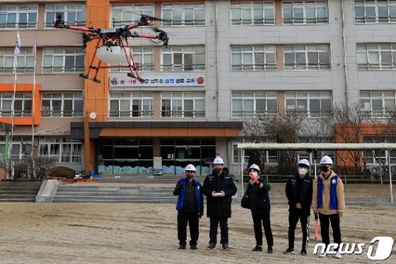 [사진] 드론으로 운동장 방역