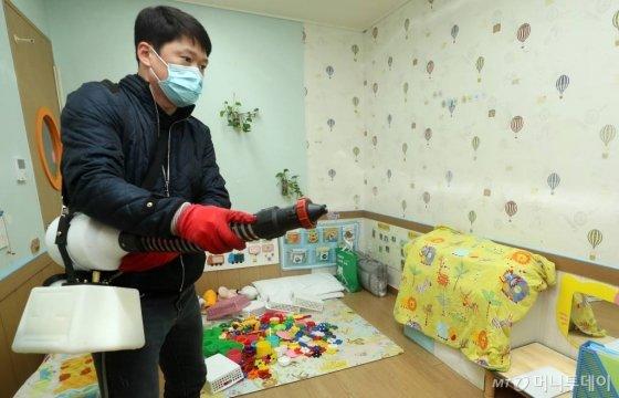 대구·경북 지역의 '코로나19' 확진 환자가 39명으로 늘어난 가운데 20일 오후 대구 중구보건소 관계자가 남산동의 한 어린이집 내부를 소독하고 있다. / 사진=사진부 기자 photo@