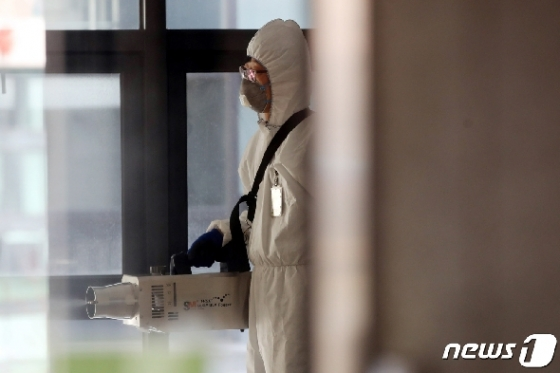 [사진] 이대 재학생 가족 확진 '아산공학관 건물 폐쇄 및 방역'