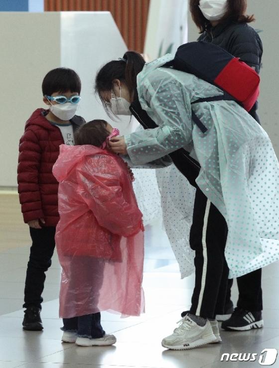 [사진] 마스크로는 부족하다 '우비와 물안경 등장'
