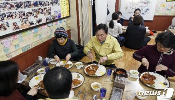 [사진] 이창우 구청장, 지역경제 활성화를 위해 주민과 점심