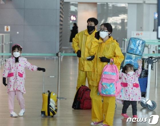 [사진] 우비 입고 한국 탈출